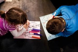 Niños dibujando durante la Semana de la Sostenibilidad